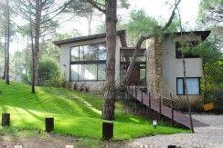 De estilo moderno y rustica, con entorno de bosque y muy cercana al Club Tennis Ranch.